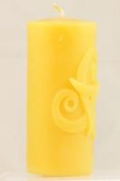 Stumpenkerze mit Triskelen-Motiv aus Bienenwachs 5 cm x 10,5 cm
